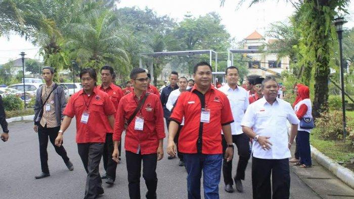 Rustam-Irwansyah Jalan Kaki Hadiri Debat Publik di Novotel