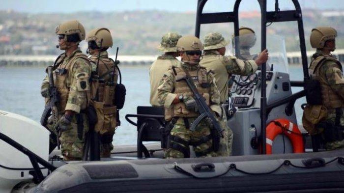 Pasukan elite TNI AL, Komando Pasukan Katak (Kopaska) melakukan patroli pantai
