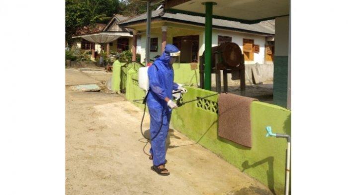 Jelang Idul Adha, Mahasiswa KKN UBB Desa Riding Panjang Semprot Disinfektan di Masjid