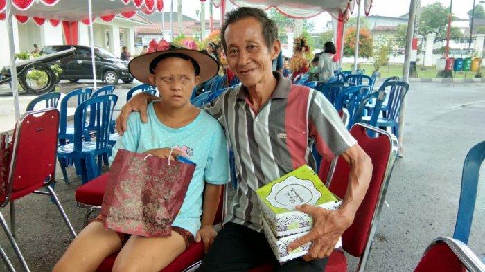 Kisah Haru Pria Tua Puluhan Tahun Merawat Anaknya, Hanya Kata Ini yang Membuatnya Bersemangat