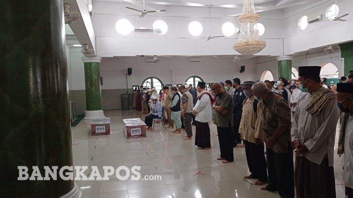 Isak Tangis Iringi Shalat Jenazah Korban SJ-182 Sriwijaya Air di Masjid Jamik Pangkalpinang