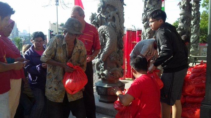 Kelenteng Fuk tet Che Bagi Paket Sembako untuk Warga Kurang Mampu