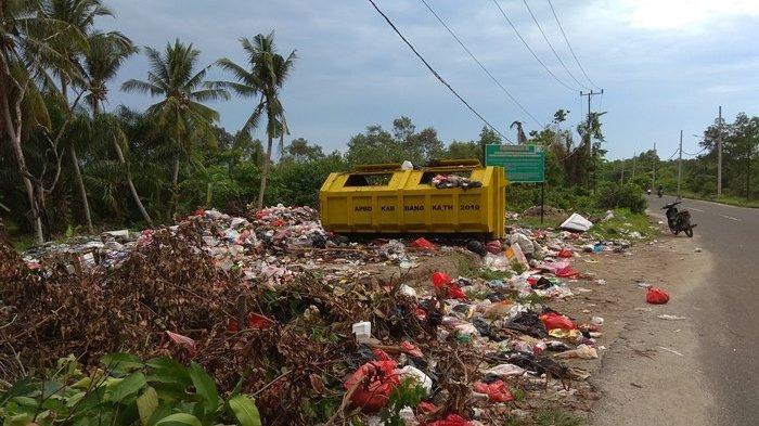 Juhaidi Mengeluh Masyarakat Main Lempar Sampah, Banyak Tumpukan di Luar Kontainer Jalan Timah Raya
