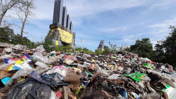 Sampah Menumpuk di Bawah Gapura Kota Koba, Bau Busuk Tercium dari Jalan Menuju Danau Kaolin
