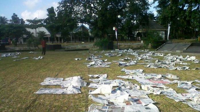 Usai Salat Id, Sampah Koran Berserakan di Taman Sari
