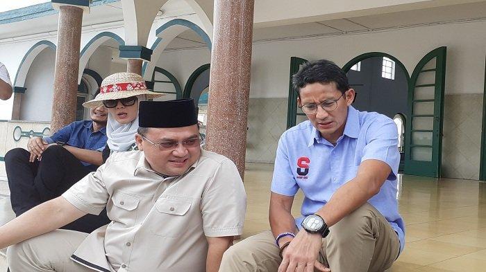 Sandiaga Uno saat selesai salat zuhur di Masjid Jamik, Pangkalpinang.Senin, (21/10/2019).