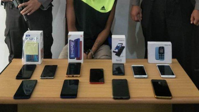 Barang bukti handphone yang dicuri Sanggah saat dibekuk jajaran Polsek Kelapa, pimpinan Iptu A.F Pulungan, saat bersembunyi di Desa Banyu Asin, Kecamatan Riau Silip, Kabupaten Bangka, Senin (5/10/2020) lalu.
