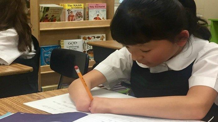 Tak Punya Telapak Tangan, Gadis Cilik Ini Juarai Olimpiade Menulis Nasional di Amerika