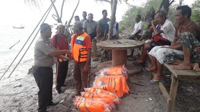 Nelayan Tegek Benteng Kota Tempilang Dibekali Life Jacket