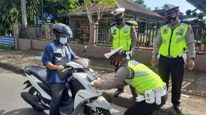 Polisi Tempel Stiker Ayo Pakai Masker di Kendaraan Masyarakat