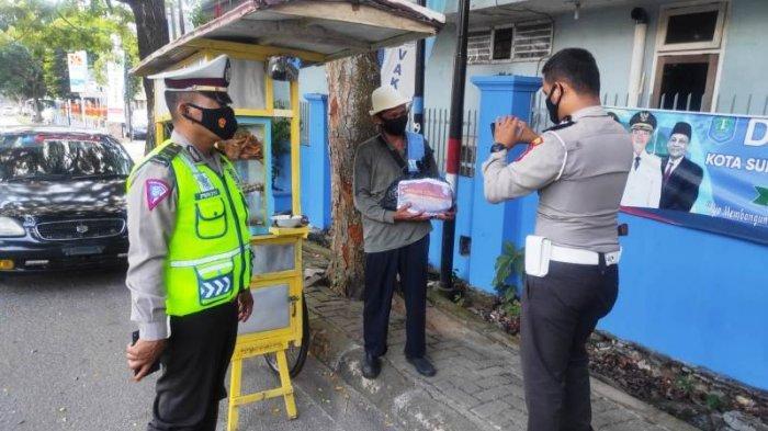Satlantas Polres Bangka Patroli Sambil Bawa Bantuan untuk Warga Terdampak Covid-19