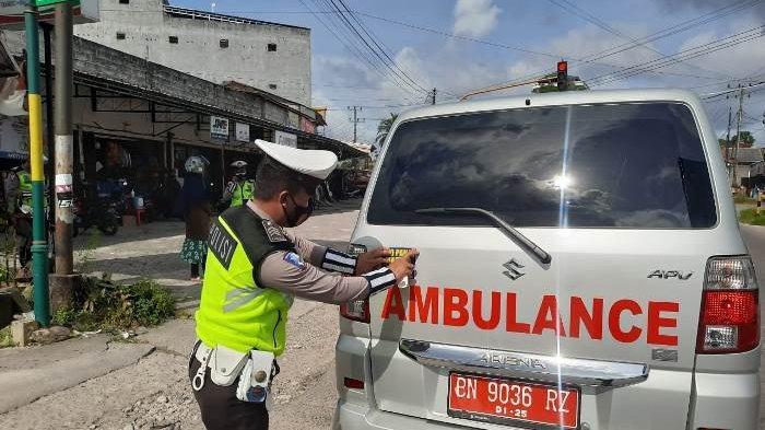 Satlantas Polres Bangka terus melaksanakan sosialisasi pencegahan penyebaran wabah pandemi Covid-19 di Kabupaten Bangka dengan cara pembagian masker dan penempelan stiker imbauan