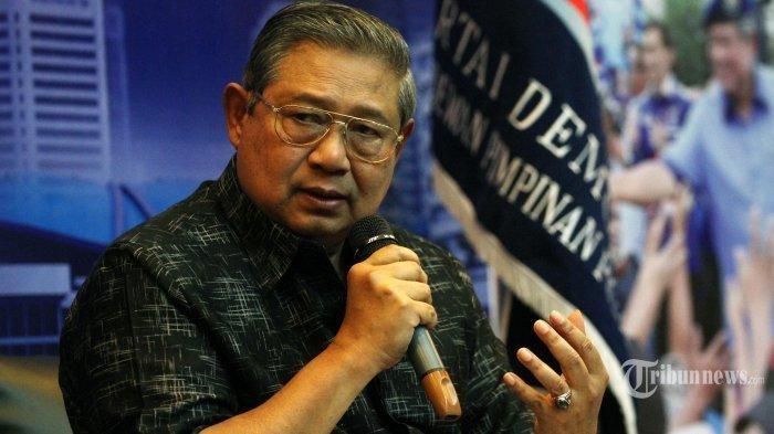 Ketua Umum Partai Demokrat Susilo Bambang Yudhoyono saat akan memberikan konferensi pers terkait tudingan percakapan telepon dengan Ketua MUI Ma'ruf Amin di Wisma Proklamasi, Jakarta, Rabu (1/2/2017).