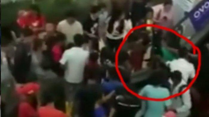 Ibu Jatuh Terjengkang Bersama Anaknya saat Naik Eskalator Mal di Singkawang, Lihat Videonya