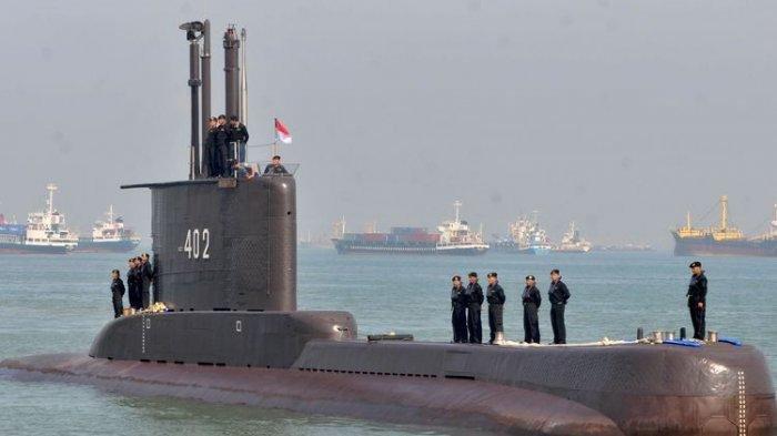 Sejumlah prajurit TNI-AL awak kapal selam KRI Nanggala-402 berada di atas lambung kapal setibanya di Dermaga Koarmatim, Ujung, Surabaya, Jatim, Senin 6 Februari 2012.