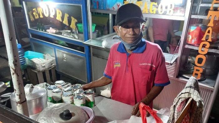 Giman yang akrab disapa Pakde, penjual sekoteng  di simpang pantai Pasir Padi Pangkalpinang. Selama pandemi Covid-19 ini minuman dari jahe merah sekoteng dan bandrek yang dijualnya banyak dicari pembeli.