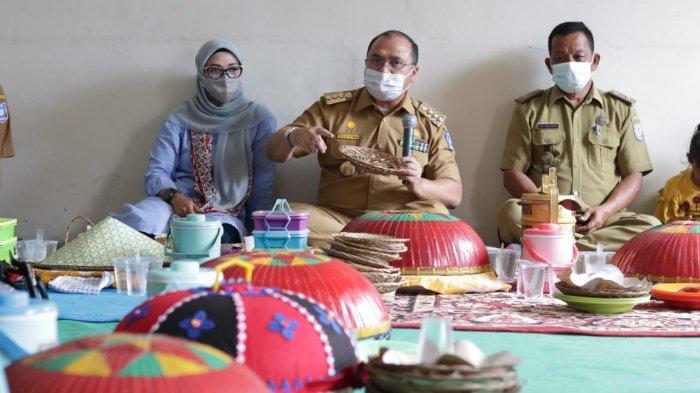 Gubernur dan Ketua PKK Bangka Belitung Serahkan Bantuan untuk Sekolah Perempuan Desa Jelutung II
