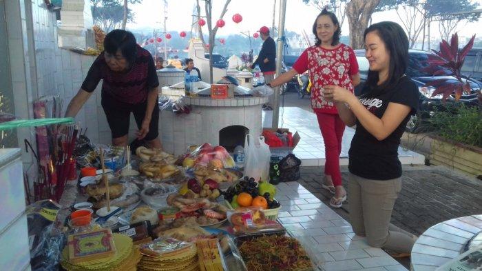 Warga keturunan Tionghoa memadati pekuburan Sentosa Pangkalpinang melakukan tradisi sembahyang kubur (Ceng Beng).