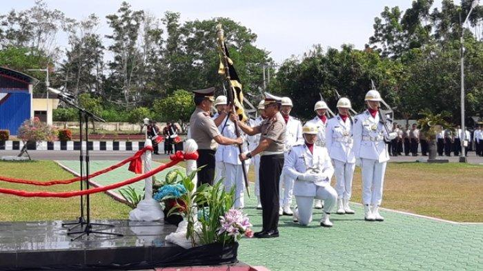 Irjen Pol Istiono Serahkan Pataka Polda Bangka Belitung ke Brigjen Pol Anang Syarif Hidayat