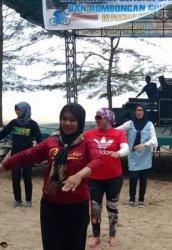 Ketua Bhayangkari Babel Ajak Anggota Kepolisian Senam Bedincak dan Sajojo di Pantai Tikus Emas