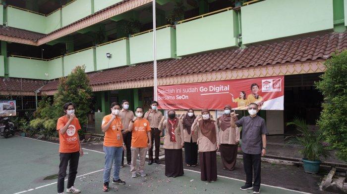 CEO SeOn Deka D Kartaji (Kiri )menyerahkan secara simbolis apresiasi berupa voucher storage SeOn kepada Kepala Sekolah SMPN  66 Kebayoran Lama, Jakarta Selata, Deti Andriarti.