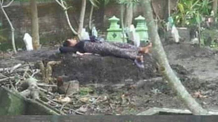 Heboh Wanita Tidur d Atas Kuburan, Gak Terima sang Anak Jadi Korban Tabrak Lari