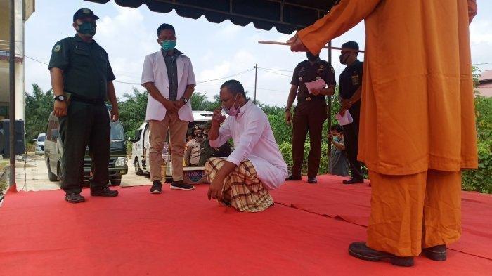 Oknum PNS dan Honorer Tepergok Selingkuh, Keduanya Gemetar Saat Dihukum 100 Kali Cambukan - Seorang terdakwa, MS berjongkok sambil minum saat menjalani hukuman cambuk di Islamic Center Aceh Tamiang, Senin (12/4/2021).