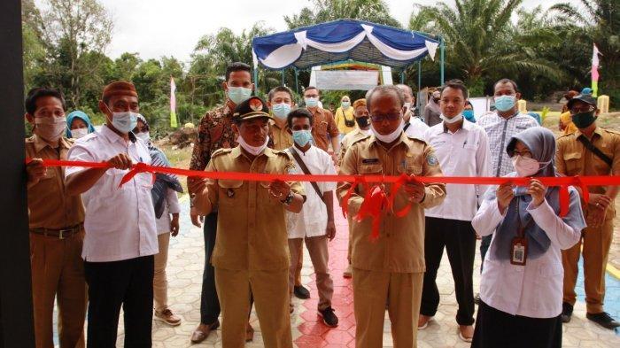 Serah terima kegiatan program Kota Tanpa Kumuh (KOTAKU) tahun 2020 di lokasi KWT/BPM PPMK desa Air Putih Kabupaten Bangka Barat.