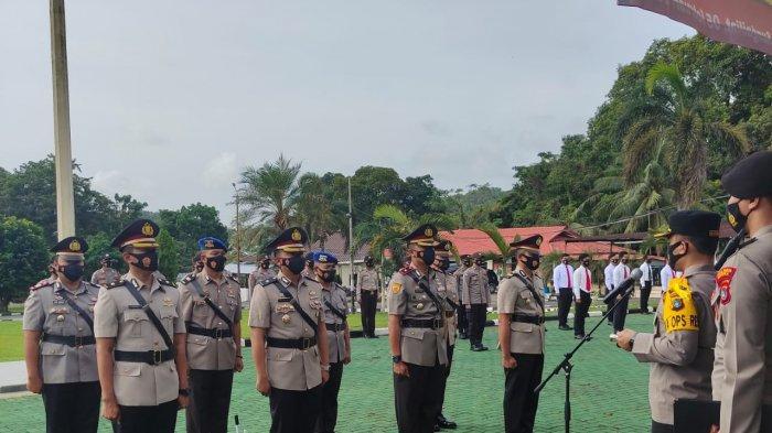 Kapolres Bangka AKBP Widi Haryawan memimpin Upacara Serahterima Jabatan (Sertijab) 5 pejabat utama (PJU) Polres bangka di halaman  Upacara Mapolres Bangka, Jumat (5/2/2021).