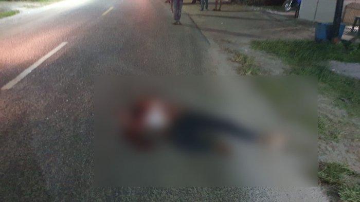 Sesosok jenazah diduga korban pembunuhan tergeletak di jalan tepatnya di seberang Kantor Desa Tanjung Binga yang lama Selasa (27/7/2021)