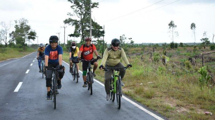 Sosialisasi Vaksinasi Covid-19, Gubernur Erzaldi Bersepeda 35km