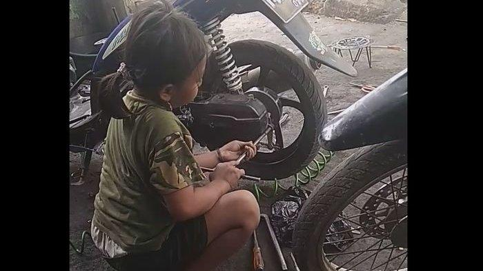 Viral Gadis Cilik 8 Tahun Sudah Jago Cari Duit dari Bongkar Pasang Sepeda Motor