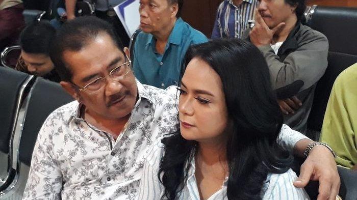 Shezy Idris Bercucuran Air Mata saat Peluk Sang Ayah Jelang Sidang Cerai dengan Suaminya