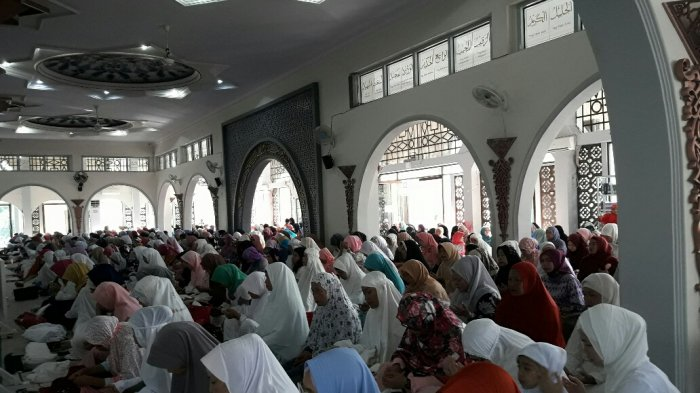 Bawa Kursi Lipat dari Rumah, Kakek-Kakek Semangat Salat Ied Idul Adha di Masjid Agung