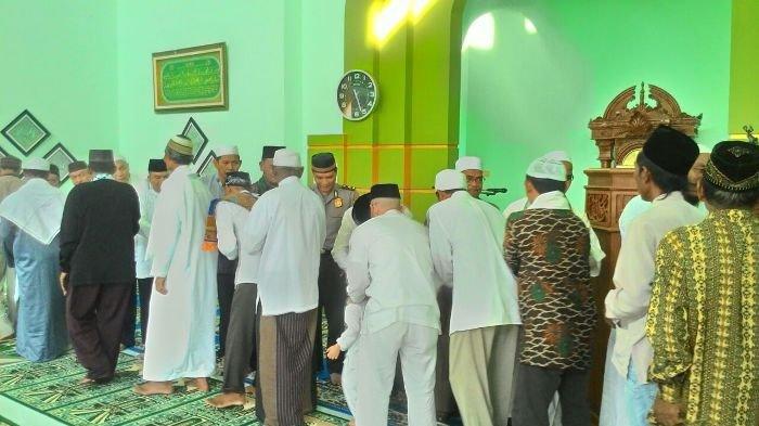 Bupati dan Sekda Basel Salat Idul Adha di Masjid Agung Parit III