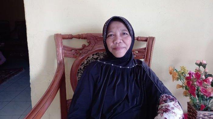 Siti Aisyah Guru Honorer, Jualan Kue Demi Penuhi Kebutuhan Hidup, Berharap Ada Tunjangan Hari Tua