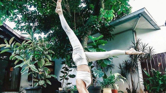 Sophia Latjuba latihan yoga