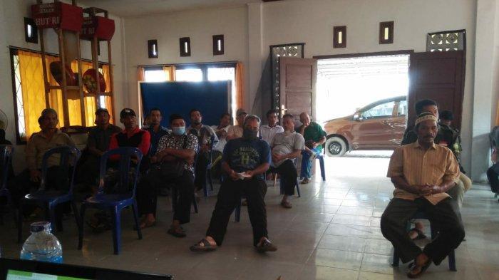Kelompok Gapoktan, dan tamu undangan lainnya saat mendengarkan penjelasan dari narasumber perihal Umbi Porang di Balai Desa Dalil, Kecamatan Bakam Kabupaten Bangka.