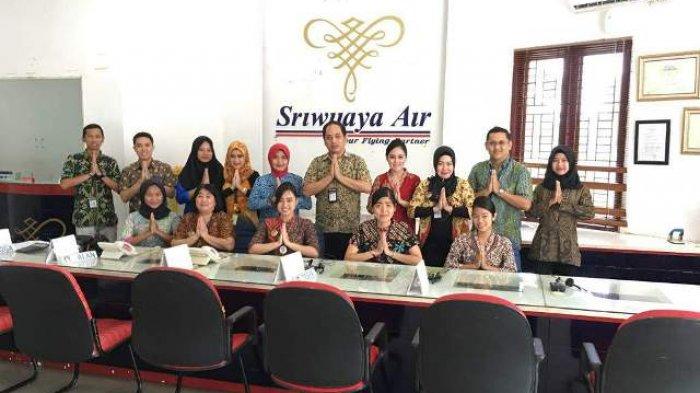 Sriwijaya Air Ramaikan Hari Batik