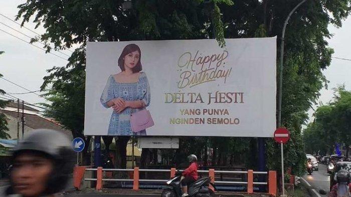 Suami pasang baliho selamat ulang tahun untuk isteri di perempatan jalan di Surabaya.