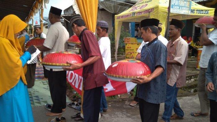Suasana acara Nganggung pada perayaan ruah kubur Desa Keretak