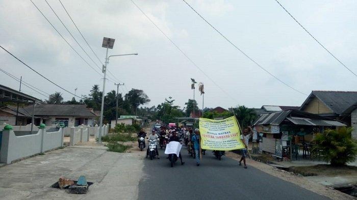 Massa Demo Tolak Tambang Laut, Lurah Matras Pun Diminta Mundur