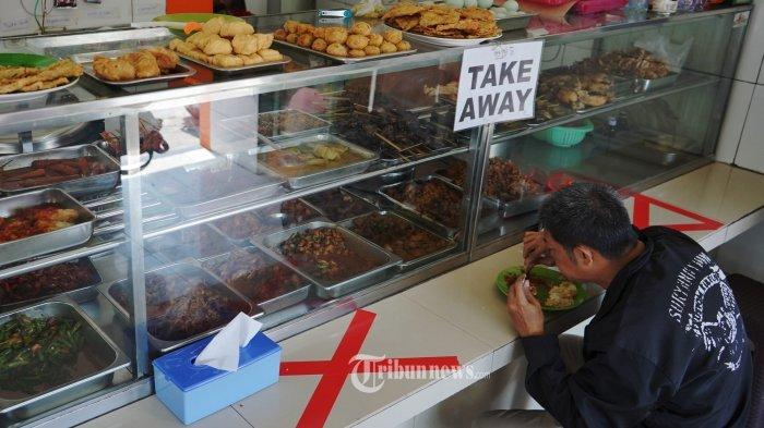 Suasana di Warteg Warmo Tebet Jakarta Selatan yang mulai melayani makan di tempat, Senin (26/7/2021). Aturan pemberlakuan pembatasan kegiatan masyarakat (PPKM) level 4 yang berlaku dari tanggal 26 Juli hingga 2 Agustus 2021 membolehkan warteg untuk melayani makan di tempat selama 20 menit untuk setiap pembeli. TRIBUNNEWS/HERUDIN