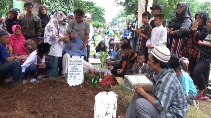 Tangis Haru Pemakaman Bocah Korban Pembunuhan oleh Siswi SMP, Ayah: Kalo Bisa Dihukum Mati