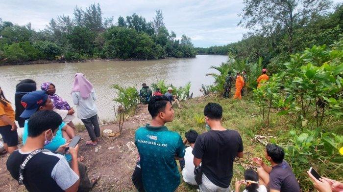 Suasana pencarian korban diterkam buaya di Sungai Manggar, Kamis (1/4/2021).