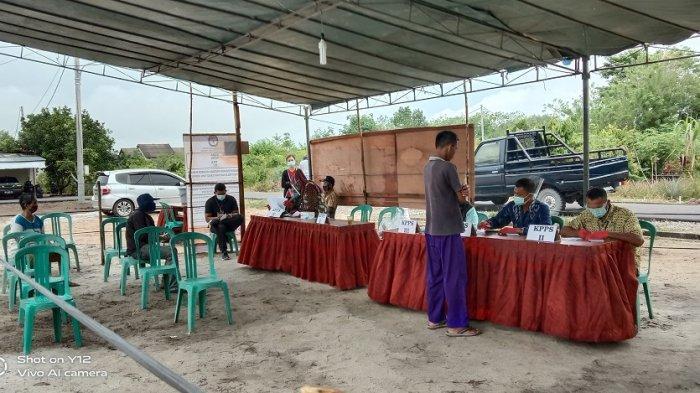 Pilkada Bangka Tengah 2020: Pemilih Berdatangan di Tempat Didit Srigusjaya Nyoblos