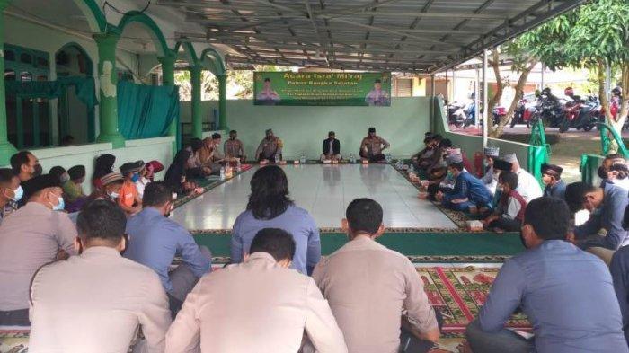 Suasana perayaan Isra Mikraj Nabi Muhammad SAW di Masjid Polres Bangka Selatan pada Rabu, (10/3/2021)