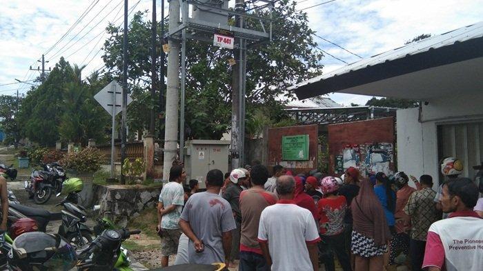 Warga Berkerumun Ngantri Beli Gas Tiga Kilogram yang Dijual Rp16.000 di Belitung