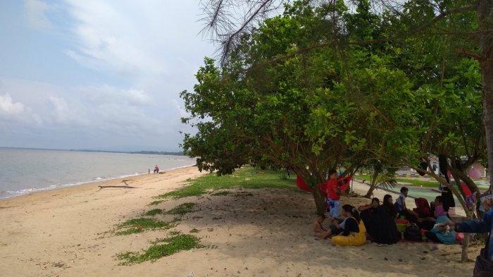 Suasana Pantai Terentang Koba Bangka Tengah.