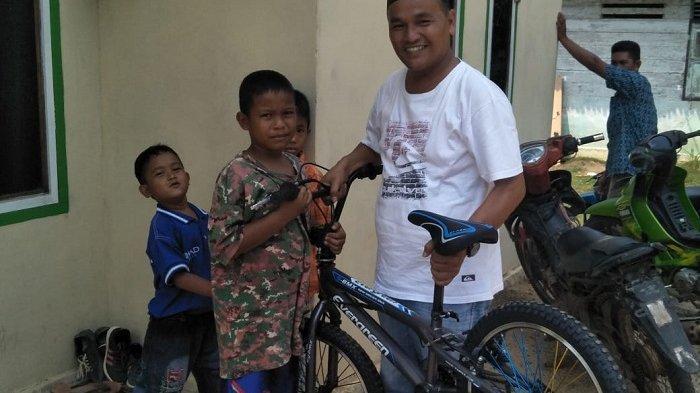Tolak Disebut Pencitraan, Anggota DPRD Bangka Tengah Ini Bantu Pembangunan Posyandu dan Beri Sepeda